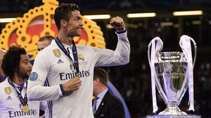 Cristiano Ronaldo celebrates next to the trophy after Real Madrid won the  UEFA Champions League final 2dd434addf0e5