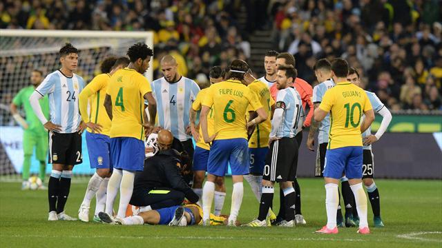 Болельщики Бразилии призвали сборную проиграть Чили, чтобы Аргентина не угодила наЧМ