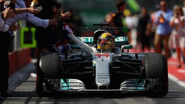 Rakiplerinin teklediği yarışta Hamilton zirveyi bırakmadı