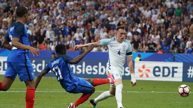 Dembélé a fait le show et Sidibé a fini le travail sur le deuxième but français