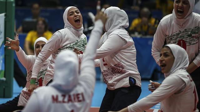 Las mujeres se abren un hueco en los estadios de Irán, pero de forma limitada