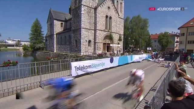 Tour de Eslovenia: Brutal caída contra la valla en el esprint final