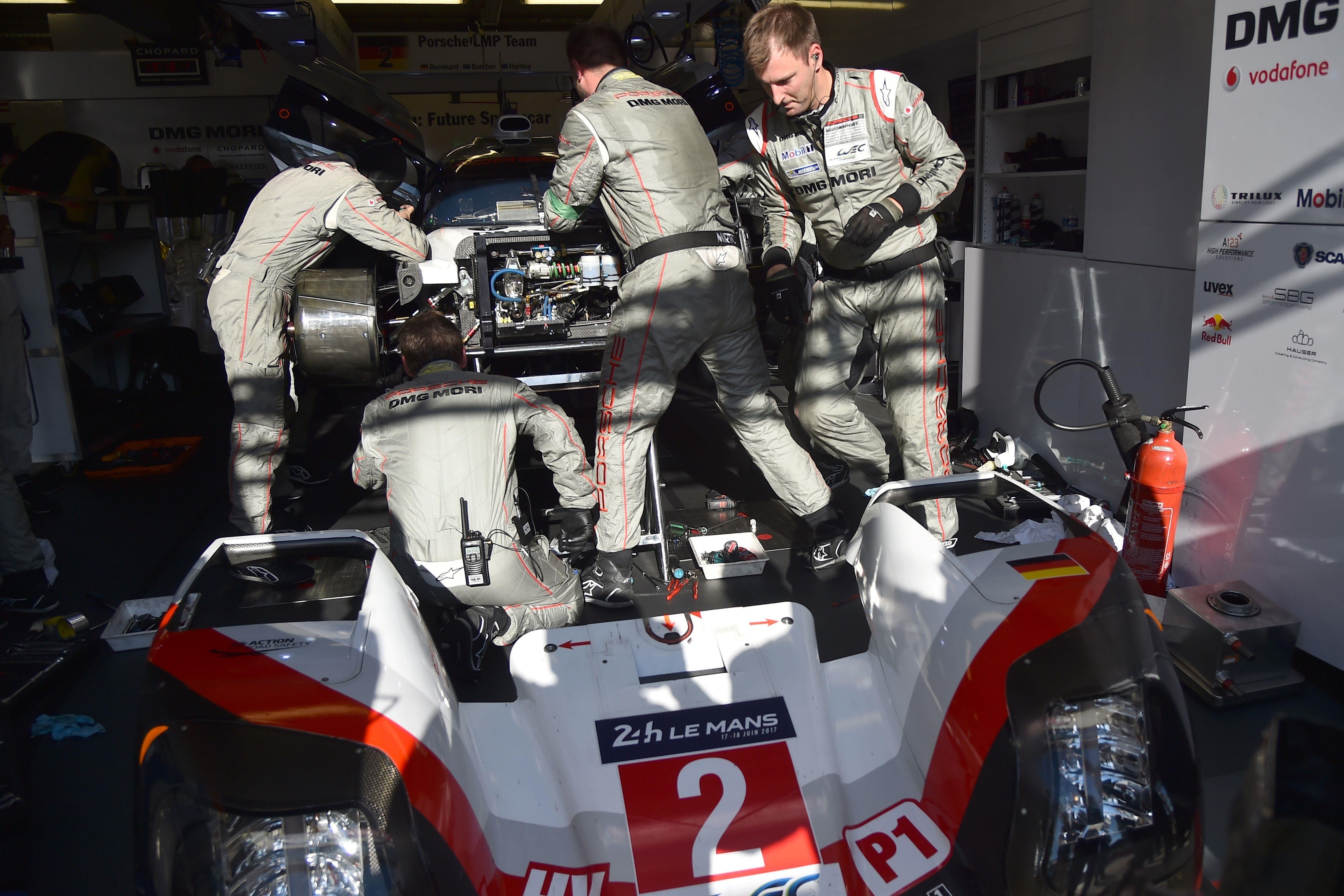 La Porsche n°2 immobilisée aux stands samedi en début de soirée