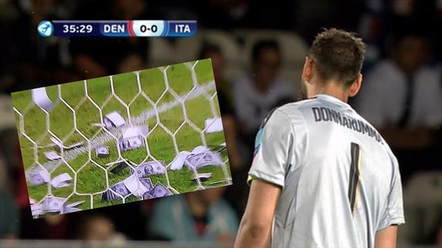 Tiran billetes falsos a Donnarumma en pleno partido de Italia