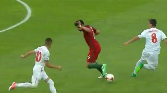 Роскошный финт игрока португальской молодежки, после которого Зидан заберет его в «Реал»