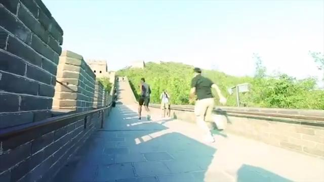 Погба схлестнулся с пухлым китайцем в яростном спринте по Великой стене