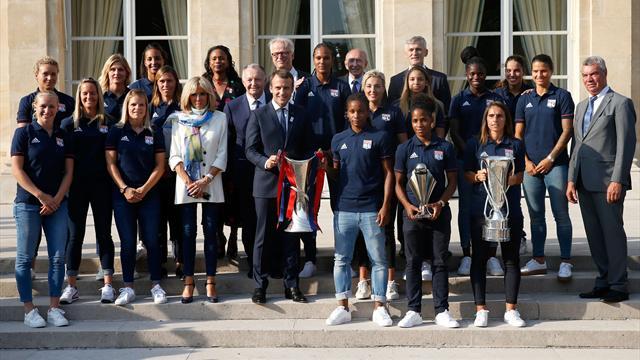 Macron félicite les joueuses de l'OL victorieuses en C1