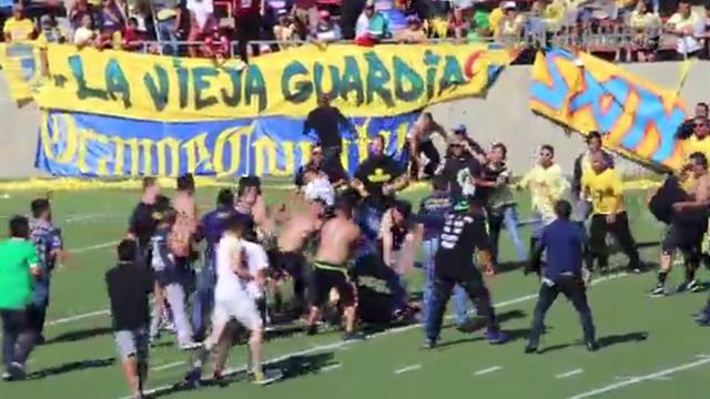 Мексиканские фанаты устроили мощную драку в перерыве матча легенд