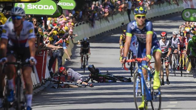 «Какое месиво, какая развязка!» Очередной мегафиниш этапа «Тур де Франс» с жутким падением Кэвендиша