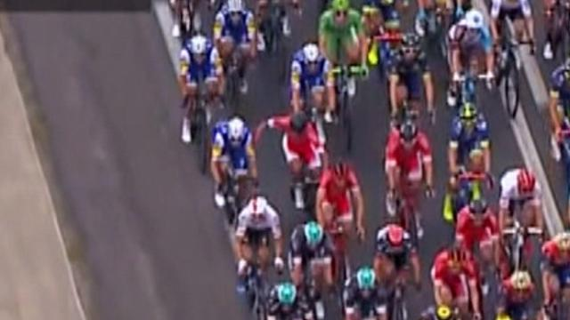 Два велосипедиста не поделили дорогу и затолкали друг друга во время гонки