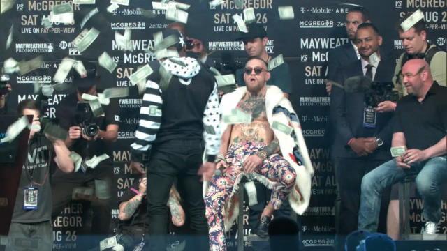 Toujours aussi provoc, Mayweather jette des dollars à la figure de McGregor