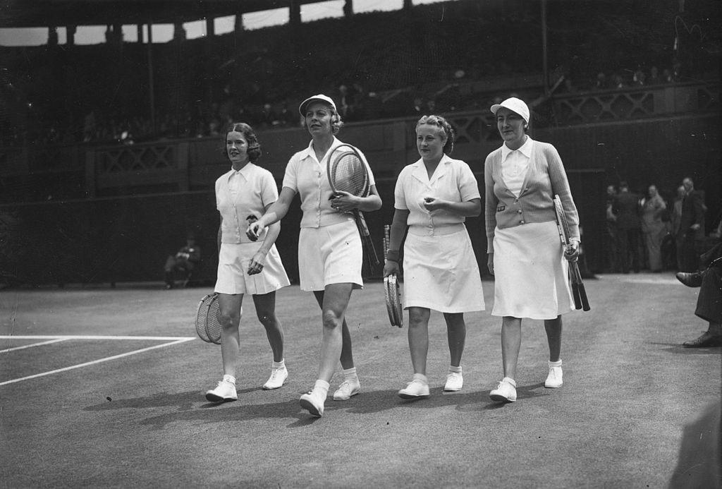 2 июля 1938 года: Сара Фабиан и Элис Марбл выходят на парный матч Уимблдона против Симоны Матьё и Билли Йорк