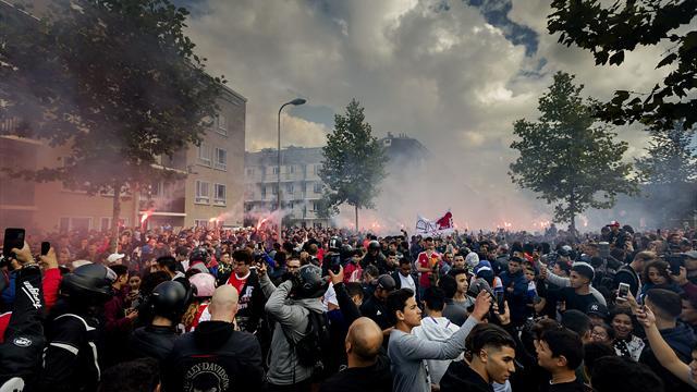 Beeindruckende Szenen in Amsterdam: Traurige Ajax-Fans belagern Nouris Haus
