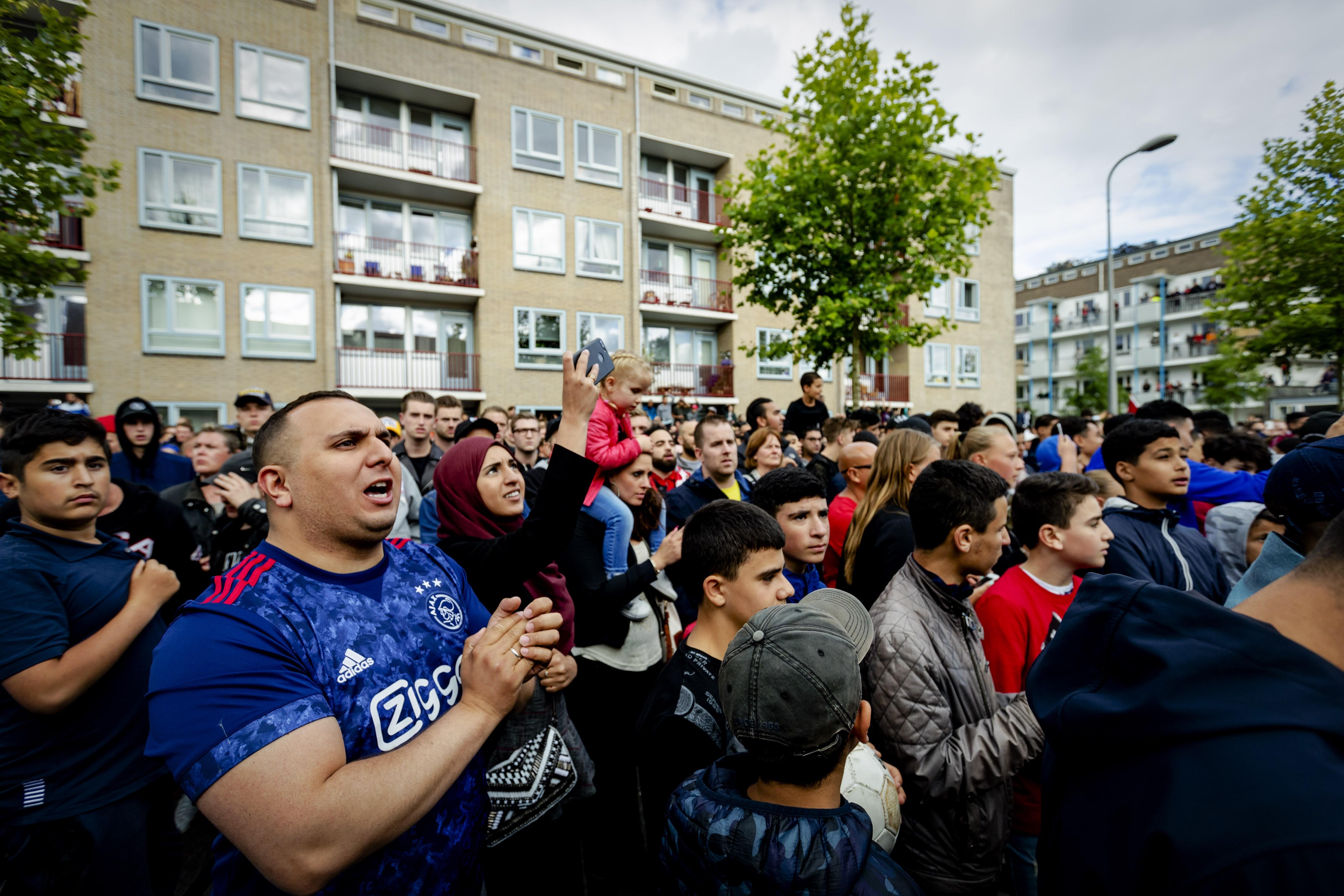 Fans vor dem Haus von Abdelhak Nouri