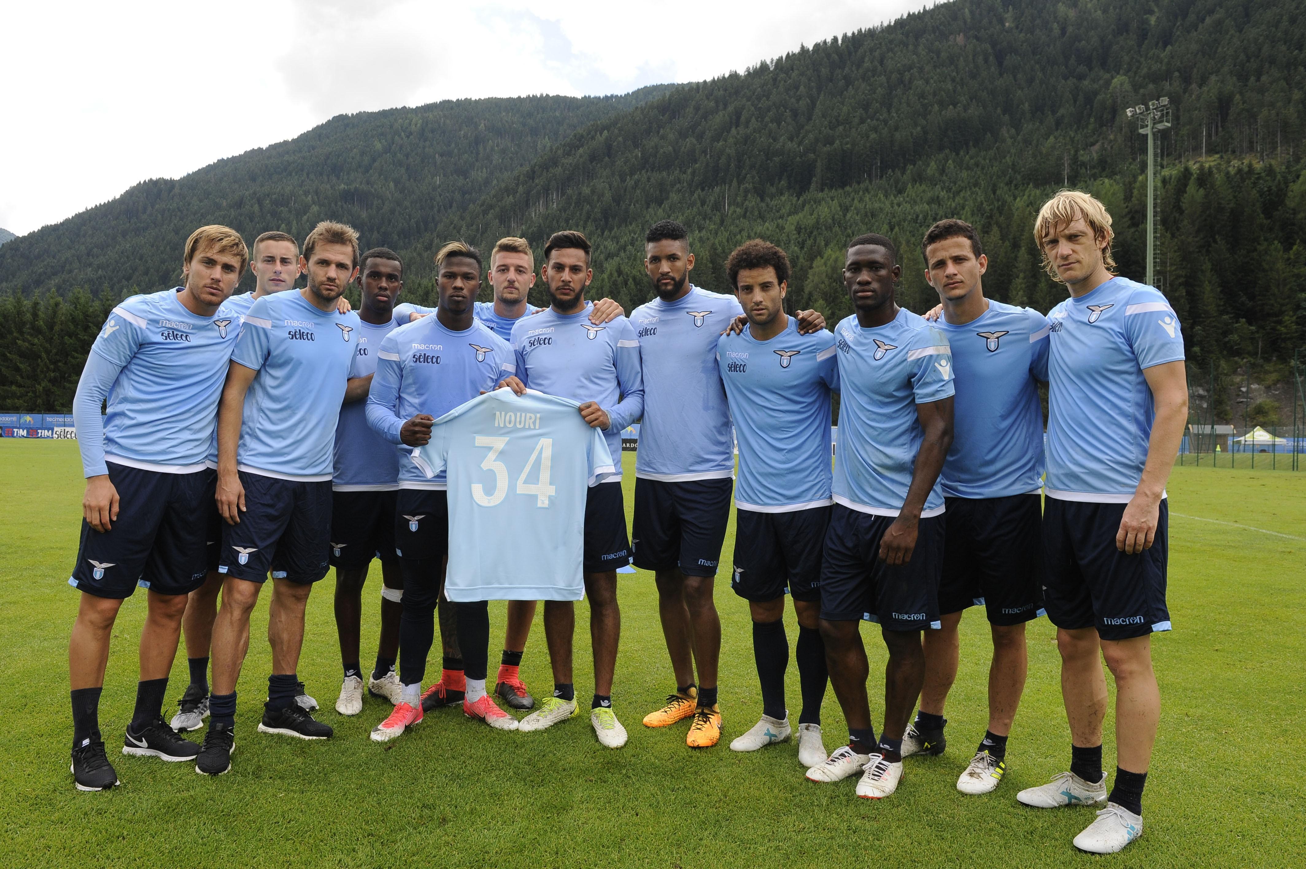 Lazio-Spieler mit einem Trikot von Abdelhak Nouri