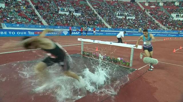 Athlete runs around barrier in 3000m steeplechase