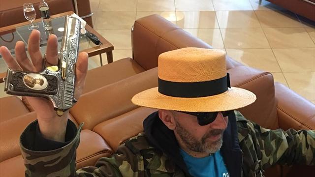 «Зенит» опубликовал фотку Шнура в шляпе со стволом и призвал переходить по ссылке в интернет-магазин