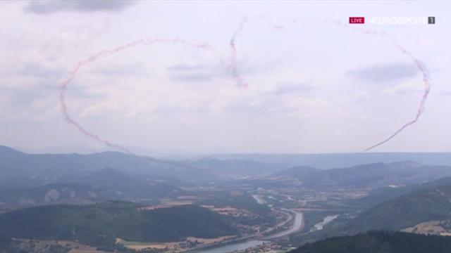 Истребители нарисовали сердце в небе над долиной с гонщиками «Тур де Франс»