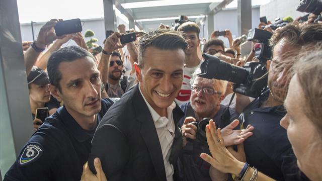 Juve, visite e bagno di folla per Bernardeschi a Torino