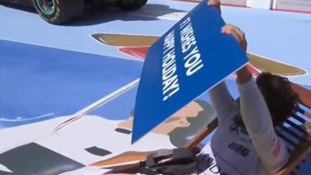 Алонсо разлегся на трассе в шезлонге во время награждения с плакатом «Хороших выходных»