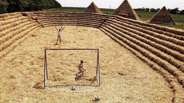 L'impresa di un contadino russo: uno stadio di paglia come critica alle spese pazze per i Mondiali