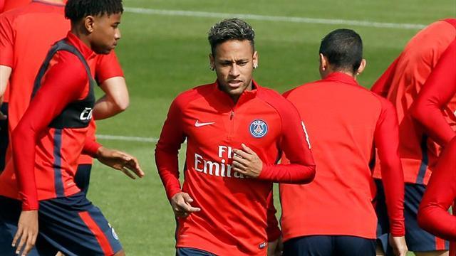 Neymar acompañó con la samba durante su bautismo en PSG