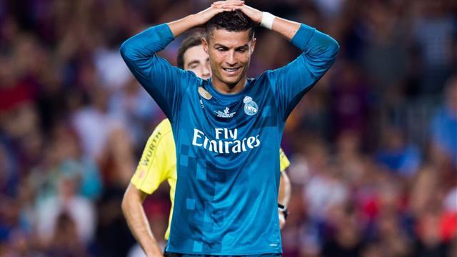 """Spinta all'arbitro nel Clasico, Ronaldo rischia la maxi squalifica: """"dalle 4 alle 12 giornate"""""""