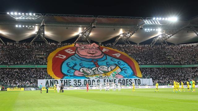 Фанаты «Легии» заделали мощнейший плакат, в котором выставили УЕФА свиньями