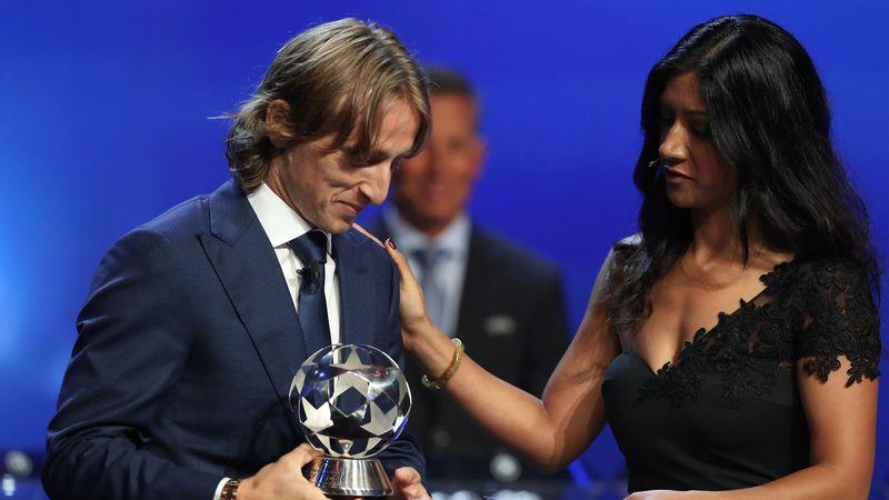 Luka Modric reçoit le trophée de meilleur milieu de l'UEFA 2016-17