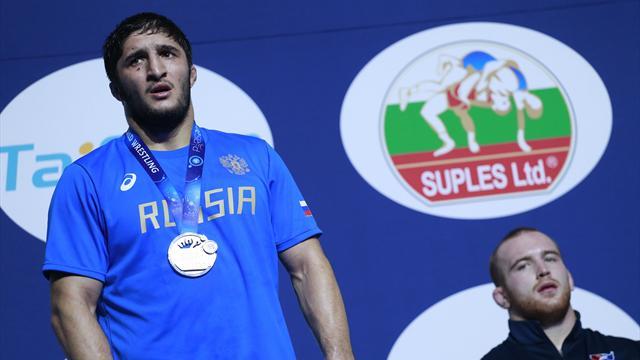 Садулаев иЦаболов вышли вфиналЧМ повольной борьбе встолице франции