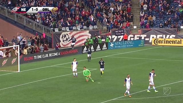 Epic fail di Kei Kamara: scivola su un cartellone pubblicitario per festeggiare un gol