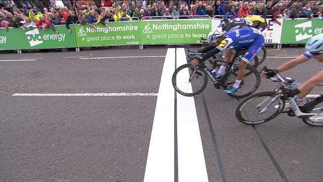 Tour de Gran Bretaña: Fernando Gaviria gana la cuarta etapa por escasos milímetros
