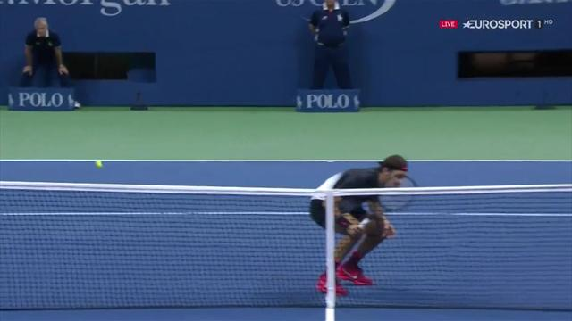 Spektakulärer Schlag: Federer duckt sich gerade noch weg