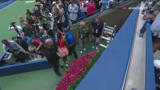Sloane Stephens sale in tribuna ad abbracciare il suo staff