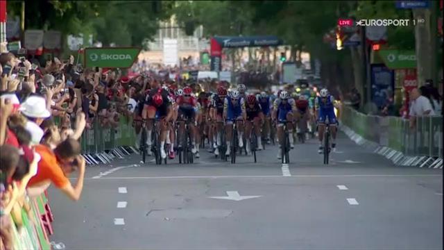Matteo Trentin vince l'ultimo sprint intermedio per la maglia verde