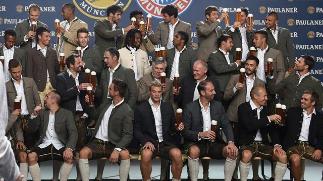 Командное фото «Баварии» с пивком, где не пьет только Рибери
