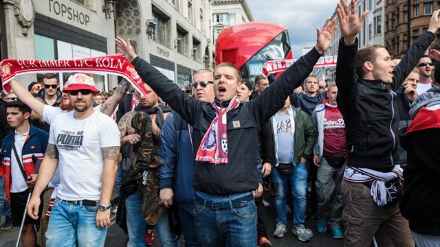 20 тысяч фанатов «Кёльна» устроили будоражащее шествие по Лондону и не разбили ни одной витрины