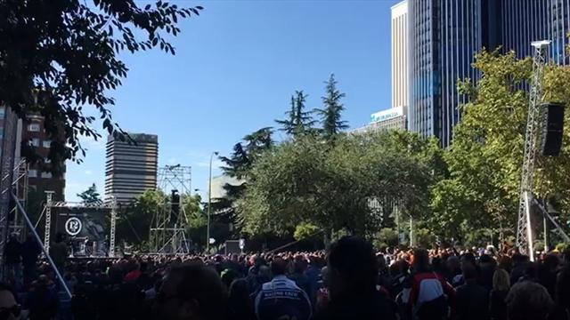 El emocionante homenaje de los moteros a Ángel Nieto en el Bernabéu