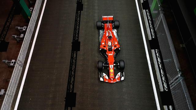 En pole position, Vettel en met un coup au moral d'Hamilton