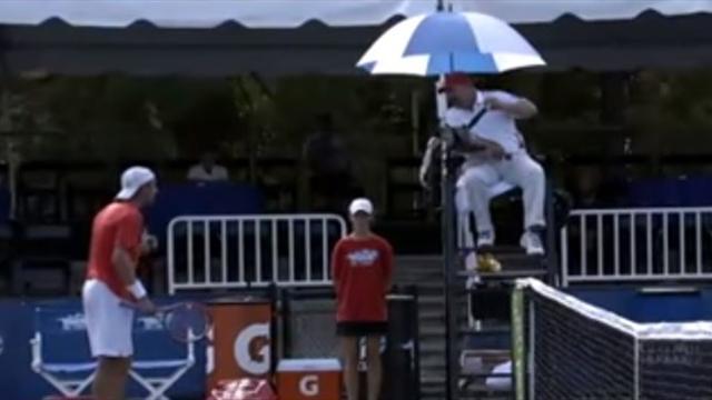 Судья вынес предупреждение теннисисту за подсказки постороннего мужика