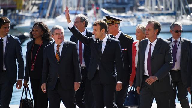 Bain de foule pour Macron sur le site de voile à Marseille