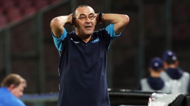 Sarri, infuriato dopo il gol del Feyenoord, prende a pugni una panchina