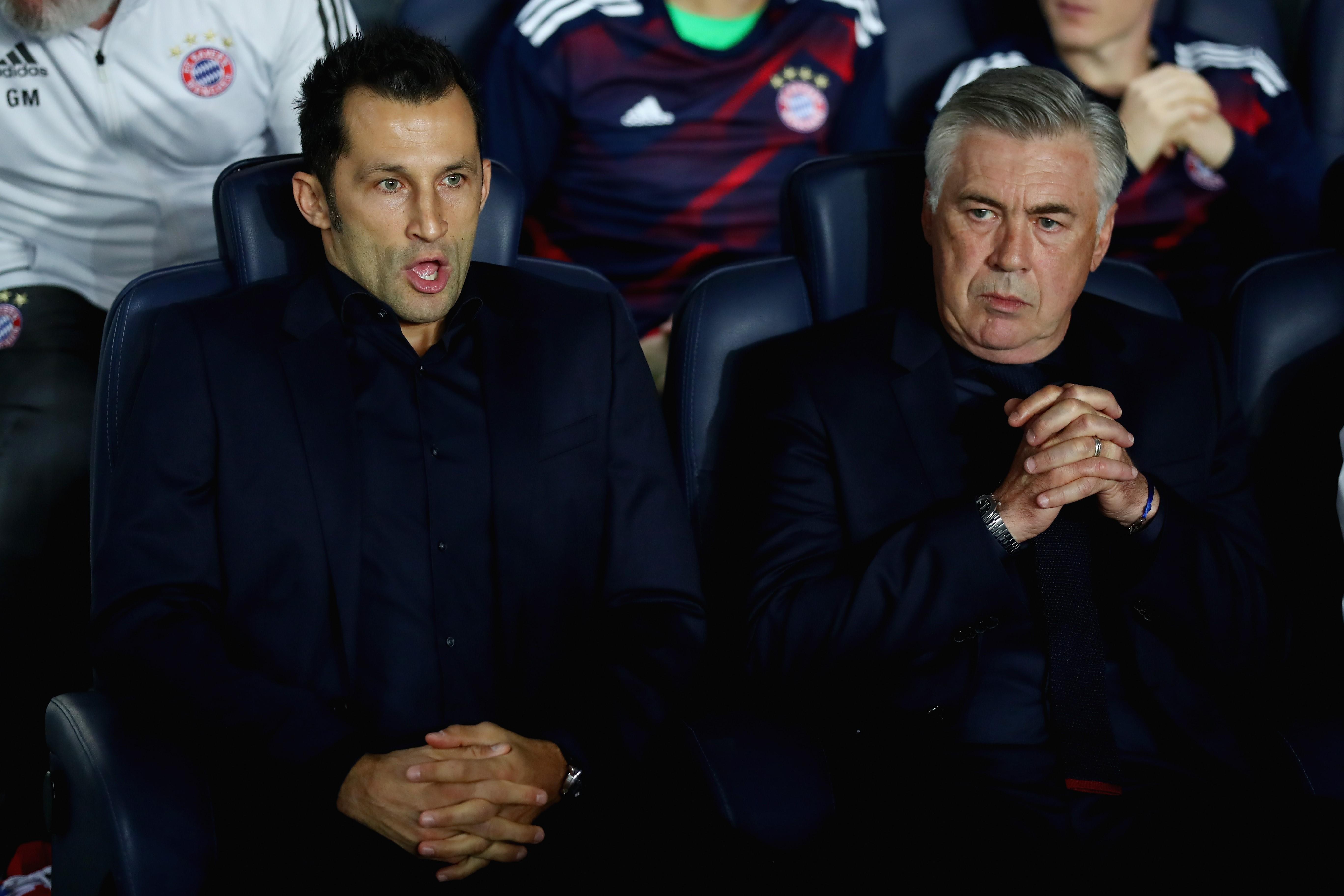 Carlo Ancelotti et Hasan Salihamidžić lors de PSG / Bayern en Ligue des champions