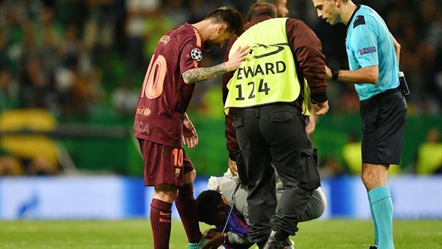 Фанатик выбежал на поле во время матча «Барселоны» со «Спортингом» и чмокнул Месси в бутсу