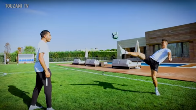 Роналду показал фристайлеру несколько лютых трюков и поигрался с ним доисторическим мячом