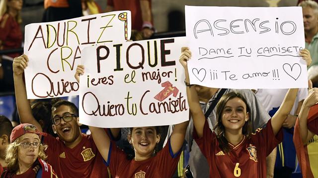 Gritos y pancartas favorables a Piqué tras el cambio que decidió Lopetegui