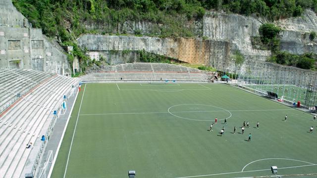 Au bord d'une montagne, au centre d'un forteresse, découvrez les stades les plus bizarres