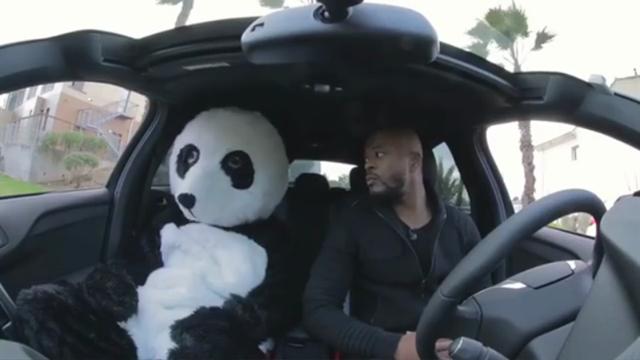 Странное видео с Эвра, на котором он обнимается с человеком в костюме панды и выгоняет его из машины