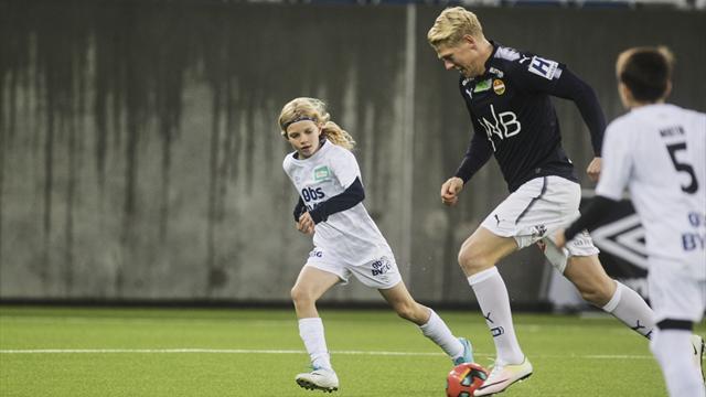 SE: To Eliteserie-stjerner mot 33 barn på Vålerengas storstue. Hvem tror du vant?