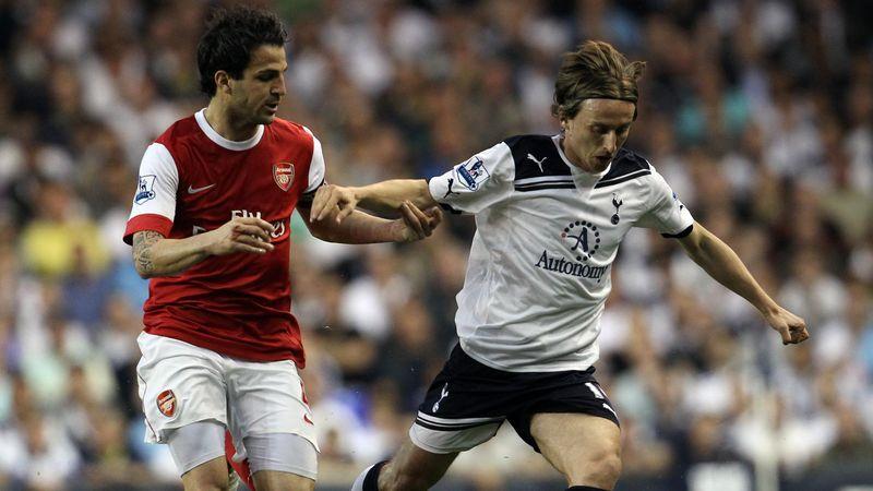 Luka Modric face à Cesc Fabregas lors d'un match entre Tottenham et Arsenal, en avril 2011